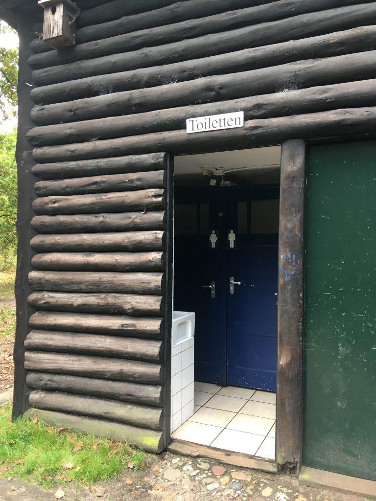 ingang toilet tentveld